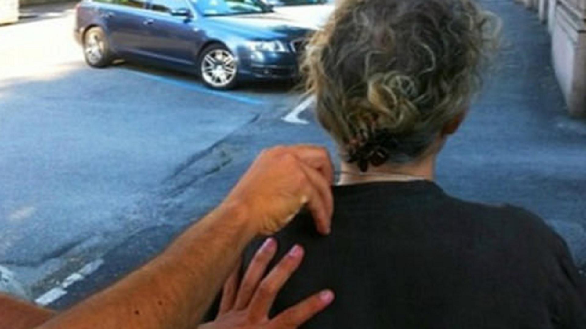 Battipaglia, pedina e rapina anziana donna: nei guai 25enne