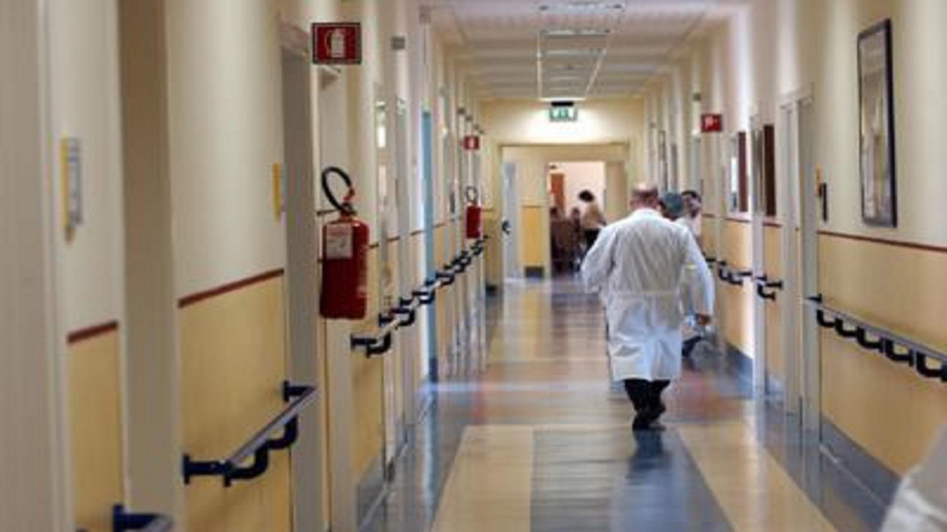 ospedale_medico_spalle_fg