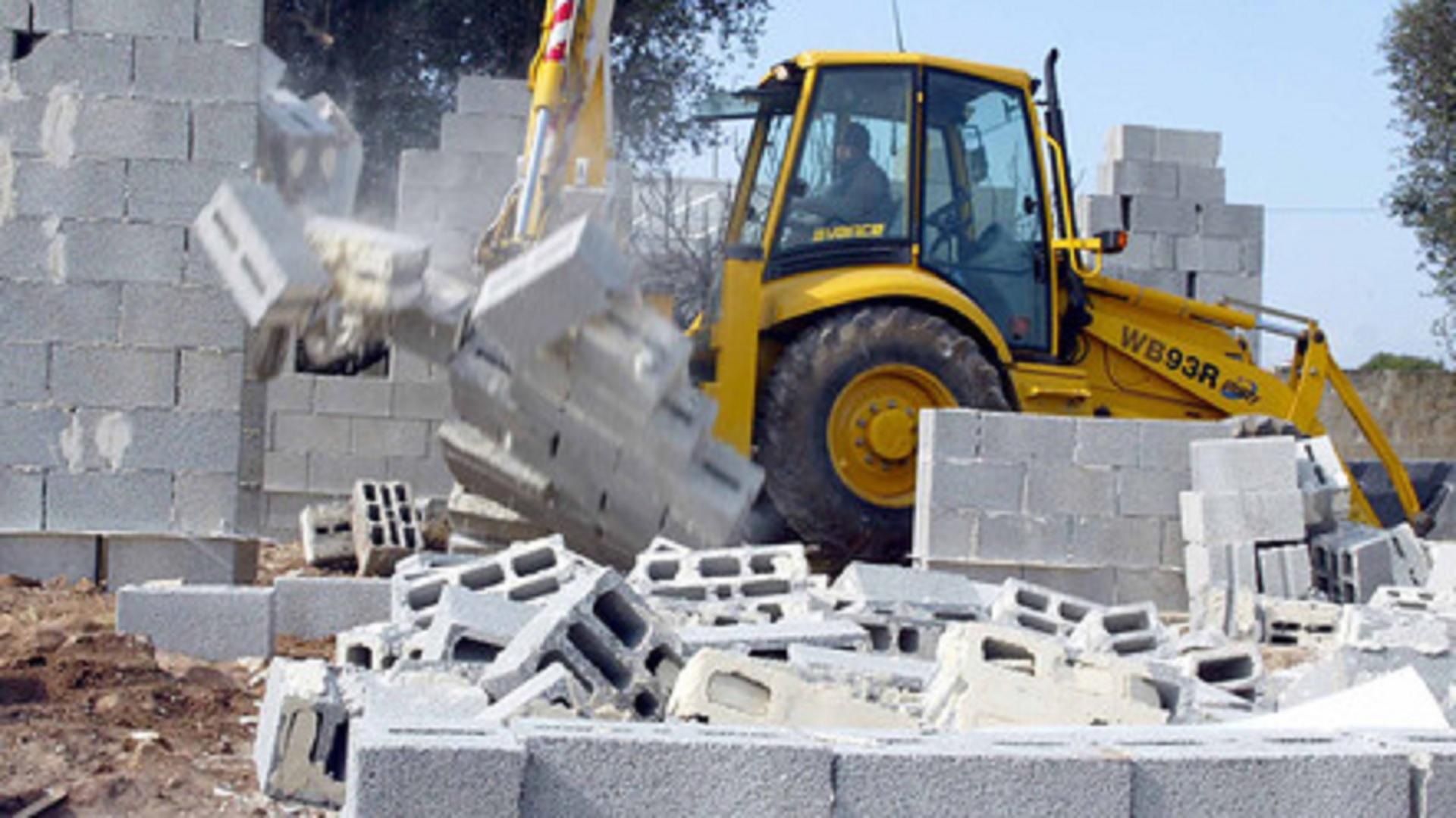 Come Abbattere Un Muro roccadaspide, muro sequestrato: abbattimento dopo 4 anni |