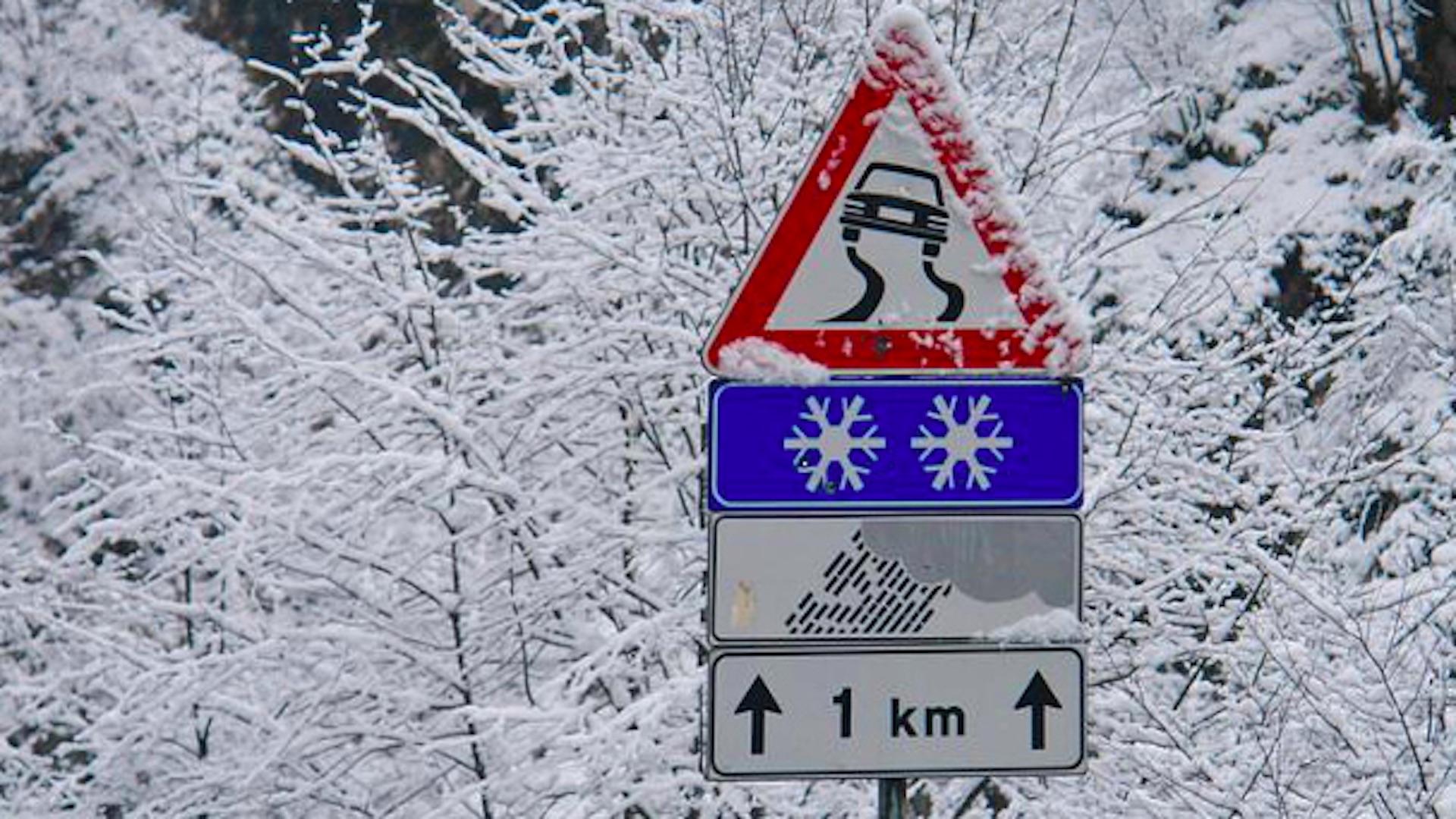 segnale stradale neve