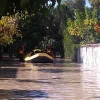 Il gommone dei vigili del fuoco di Catanzaro impegnato in operazioni di soccorso a Simeri Mare.